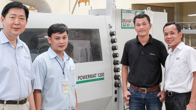 The straight path to success: Tony Sulimro (Owner of San Lim) and his Head of Production Nguyen Dinh Khanh. To the left and right: Tran Hoia Son and Chung Van Dang (Michael Weinig Asia)