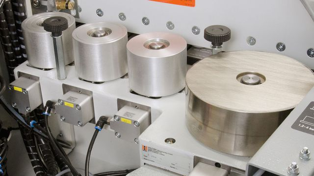 With automatic adaptation to feed rate and NC servo-axes for motor-driven adjustment to correct edge thickness.